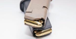 Δύο περιοδικά πιστολιών 9mm που φορτώνονται με τις πλήρεις σφαίρες σακακιών μετάλλων στοκ φωτογραφία με δικαίωμα ελεύθερης χρήσης