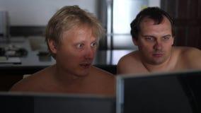 Δύο περιστασιακοί ομοφυλοφιλικοί φίλοι νεαρών άνδρων με το γυμνό στήθος που μοιράζεται τις πληροφορίες και που χρησιμοποιεί στο σ φιλμ μικρού μήκους