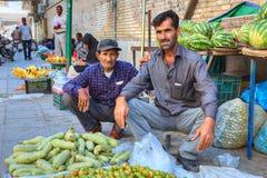 Δύο περσικά άτομα πωλούν τα λαχανικά και τα φρούτα καθμένος στο πεζοδρόμιο Στοκ φωτογραφία με δικαίωμα ελεύθερης χρήσης