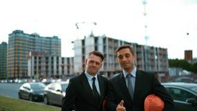 Δύο πελάτες αρχιτεκτόνων δίνουν τον αντίχειρα επάνω απόθεμα βίντεο