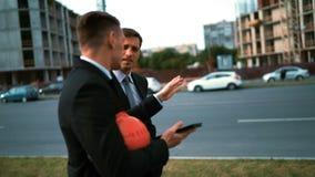 Δύο πελάτες αρχιτεκτόνων συζητούν το πρόγραμμά τους με το PC ταμπλετών φιλμ μικρού μήκους