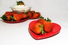 Δύο πιάτα καρδιών που γεμίζουν με τις φράουλες στοκ εικόνες