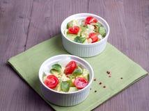Δύο πιάτα με τη μικτή φυτική σαλάτα Στοκ εικόνες με δικαίωμα ελεύθερης χρήσης