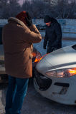 Δύο πιεσμένοι οδηγοί μετά από το τροχαίο ατύχημα στην οδό Στοκ Φωτογραφία