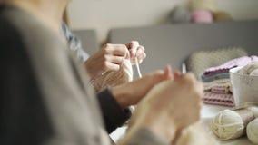 Δύο πλέκοντας ενδύματα μαλλιού βελόνων γυναικών Χόμπι γυναικών φιλμ μικρού μήκους
