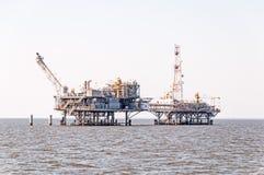 Δύο πλατφόρμες άντλησης πετρελαίου κάτω από την κατασκευή στοκ φωτογραφίες