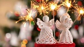 Δύο πλεγμένοι άγγελοι Χριστουγέννων με τα μέρη των sparklers απόθεμα βίντεο
