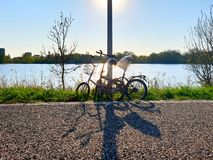 Δύο ποδήλατα που σταθμεύουν κατά μήκος του δρόμου στοκ φωτογραφία