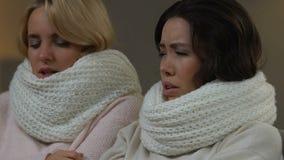 Δύο πολυφυλετικοί φίλοι που πάσχουν από τους πόνους και τον πυρετό, που παίρνουν τη γρίπη, υγειονομική περίθαλψη απόθεμα βίντεο