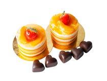 Δύο πορτοκαλιές κέικ και σοκολάτα μορφής καρδιών που απομονώνεται στο λευκό Στοκ φωτογραφία με δικαίωμα ελεύθερης χρήσης