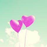 Δύο πορφυρά καρδιά-διαμορφωμένα μπαλόνια Στοκ εικόνες με δικαίωμα ελεύθερης χρήσης