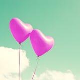 Δύο πορφυρά καρδιά-διαμορφωμένα μπαλόνια Στοκ εικόνα με δικαίωμα ελεύθερης χρήσης