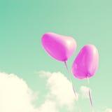 Δύο πορφυρά καρδιά-διαμορφωμένα μπαλόνια Στοκ φωτογραφία με δικαίωμα ελεύθερης χρήσης