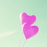 Δύο πορφυρά καρδιά-διαμορφωμένα μπαλόνια Στοκ φωτογραφίες με δικαίωμα ελεύθερης χρήσης
