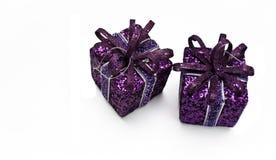 Δύο πορφυρά κιβώτια δώρων Στοκ εικόνες με δικαίωμα ελεύθερης χρήσης