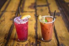 Δύο ποτά σε έναν πίνακα Στοκ Εικόνες