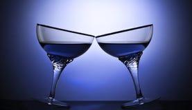 Δύο ποτήρια ενός οινοπνευματώδους ποτού σε ένα χρωματισμένο υπόβαθρο Στοκ Εικόνα