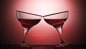 Δύο ποτήρια ενός οινοπνευματώδους ποτού σε ένα χρωματισμένο υπόβαθρο Στοκ φωτογραφία με δικαίωμα ελεύθερης χρήσης