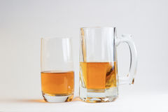 Δύο ποτήρια της μπύρας στο άσπρο υπόβαθρο Στοκ εικόνες με δικαίωμα ελεύθερης χρήσης