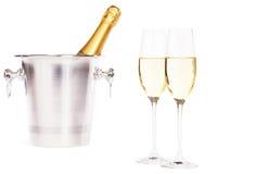 Δύο ποτήρια της σαμπάνιας με έναν κάδο σαμπάνιας Στοκ Εικόνα
