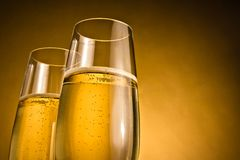 Δύο ποτήρια της σαμπάνιας με τις χρυσές φυσαλίδες Στοκ φωτογραφία με δικαίωμα ελεύθερης χρήσης