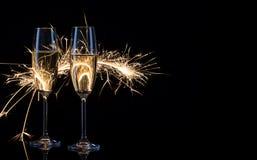 Δύο ποτήρια της σαμπάνιας στα φω'τα της Βεγγάλης Στοκ εικόνες με δικαίωμα ελεύθερης χρήσης