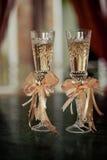 Δύο ποτήρια της σαμπάνιας στο υπόβαθρο της γαμήλιας ανθοδέσμης των ρόδινων τριαντάφυλλων Μαλακή εστίαση, εκλεκτική εστίαση Στοκ φωτογραφίες με δικαίωμα ελεύθερης χρήσης