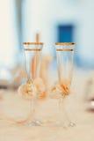 Δύο ποτήρια της σαμπάνιας στο υπόβαθρο της γαμήλιας ανθοδέσμης των ρόδινων τριαντάφυλλων Μαλακή εστίαση, εκλεκτική εστίαση Στοκ φωτογραφία με δικαίωμα ελεύθερης χρήσης
