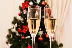 Δύο ποτήρια της σαμπάνιας στο υπόβαθρο Χριστουγέννων Στοκ φωτογραφία με δικαίωμα ελεύθερης χρήσης
