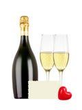 Δύο ποτήρια της σαμπάνιας, του μπουκαλιού, της ευχετήριας κάρτας και της κόκκινης καρδιάς Στοκ εικόνες με δικαίωμα ελεύθερης χρήσης