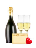 Δύο ποτήρια της σαμπάνιας, του μπουκαλιού, της ευχετήριας κάρτας και της κόκκινης καρδιάς Στοκ φωτογραφία με δικαίωμα ελεύθερης χρήσης