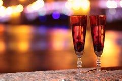 Δύο ποτήρια της σαμπάνιας υπαίθρια Στοκ εικόνα με δικαίωμα ελεύθερης χρήσης