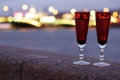 Δύο ποτήρια της σαμπάνιας υπαίθρια Στοκ Φωτογραφίες