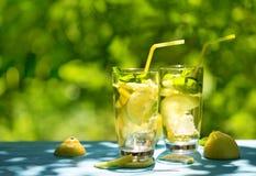 Δύο ποτήρια της σπιτικής λεμονάδας στον πίνακα στην οδό στοκ εικόνες