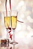 Δύο ποτήρια του λαμπιρίζοντας άσπρων κρασιού και του φελλού στον πίνακα Στοκ φωτογραφίες με δικαίωμα ελεύθερης χρήσης