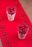 Δύο ποτήρια του επιδορπίου σμέουρων Στοκ εικόνα με δικαίωμα ελεύθερης χρήσης