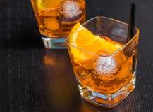 Δύο ποτήρια του κοκτέιλ aperol απεριτίφ spritz με τις πορτοκαλιούς φέτες και τους κύβους πάγου Στοκ εικόνα με δικαίωμα ελεύθερης χρήσης