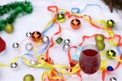 Δύο ποτήρια του κρασιού και των δώρων με μια κόκκινη κορδέλλα σατέν, μήλα, κώνοι πεύκων, κλάδοι, χρυσές γιρλάντες διακοσμήσεων στοκ εικόνες με δικαίωμα ελεύθερης χρήσης