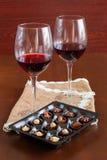Δύο ποτήρια του κρασιού σε έναν ξύλινο πίνακα Καραμέλες στοκ φωτογραφία με δικαίωμα ελεύθερης χρήσης