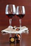 Δύο ποτήρια του κρασιού σε έναν ξύλινο πίνακα Καραμέλες στοκ φωτογραφίες με δικαίωμα ελεύθερης χρήσης