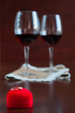Δύο ποτήρια του κρασιού σε έναν ξύλινο πίνακα Κόκκινο κιβώτιο με τη δέσμευση ρ στοκ εικόνες