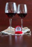 Δύο ποτήρια του κρασιού σε έναν ξύλινο πίνακα Κόκκινο κιβώτιο με τη δέσμευση ρ στοκ εικόνες με δικαίωμα ελεύθερης χρήσης