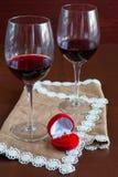 Δύο ποτήρια του κρασιού σε έναν ξύλινο πίνακα Κόκκινο κιβώτιο με τη δέσμευση ρ στοκ φωτογραφία με δικαίωμα ελεύθερης χρήσης