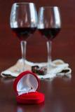 Δύο ποτήρια του κρασιού σε έναν ξύλινο πίνακα Κόκκινο κιβώτιο με τη δέσμευση ρ στοκ φωτογραφίες