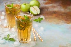 Δύο ποτήρια του πράσινου χυμού της Apple με τη μέντα και του πάγου σε έναν παλαιό σκουριασμένο πίνακα Μη αλκοολούχο ποτό σε ένα μ Στοκ εικόνες με δικαίωμα ελεύθερης χρήσης