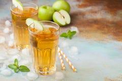 Δύο ποτήρια του πράσινου χυμού της Apple με τη μέντα και του πάγου σε έναν παλαιό σκουριασμένο πίνακα Μη αλκοολούχο ποτό σε ένα μ Στοκ Εικόνα