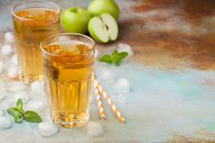 Δύο ποτήρια του πράσινου χυμού της Apple με τη μέντα και του πάγου σε έναν παλαιό σκουριασμένο πίνακα Μη αλκοολούχο ποτό σε ένα μ Στοκ Φωτογραφία