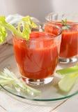 Δύο ποτήρια του φρέσκου χυμού ντοματών με το θυμάρι και το σέλινο Στοκ Φωτογραφίες
