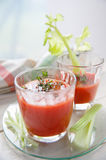 Δύο ποτήρια του φρέσκου χυμού ντοματών με το θυμάρι και το σέλινο Στοκ Εικόνα