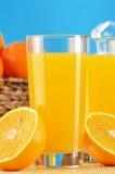 Δύο ποτήρια του χυμού από πορτοκάλι και των καρπών Στοκ φωτογραφίες με δικαίωμα ελεύθερης χρήσης
